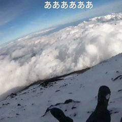 While live-streaming, the host fell from Mt. Fuji